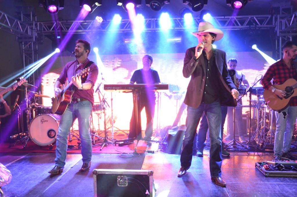 Criadores de Senepol e astros da música sertaneja, os irmãos Jads & Jadson fecharam a noite memorável com um show pra lá de bruto.