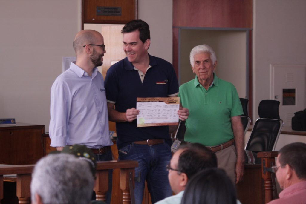 Marcelo Ribas (Intergado, à esquerda) e José Antônio Fernandes Netto (Grama) entregam a Guilherme Zeli certificado pelas conquistas da Paranoá Senepol no Safiras. (Fotos: VSP Japan)