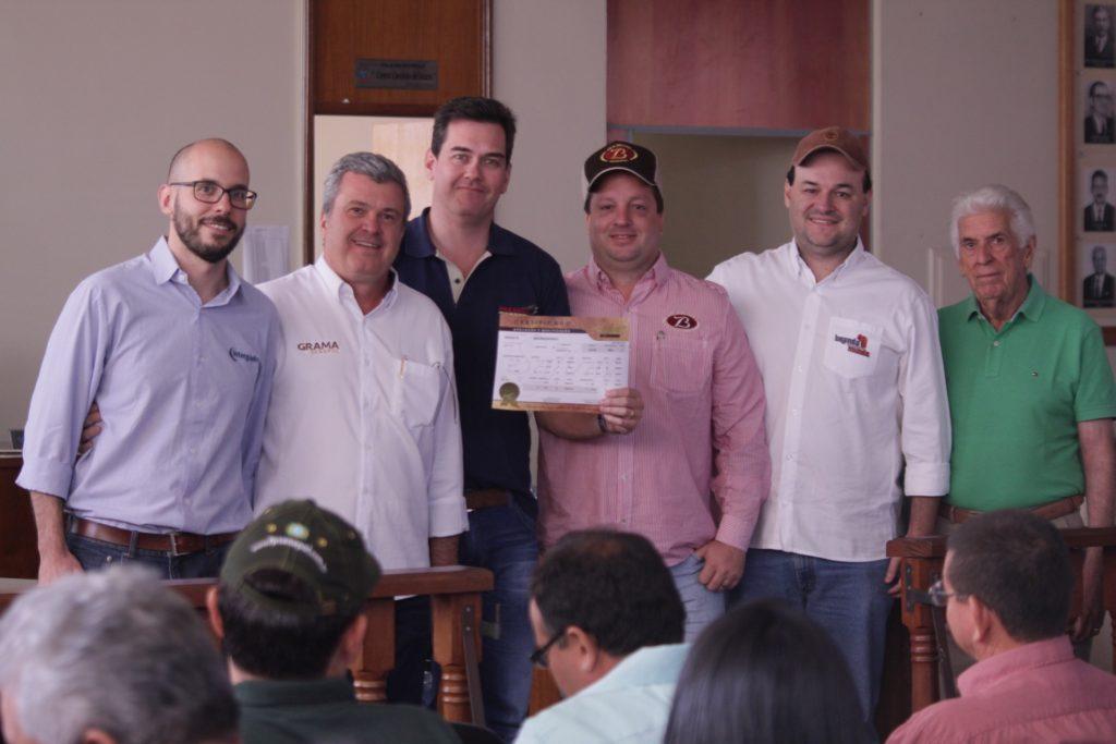Guilherme Zeli entre os sócios JR Fernandes (Grama) e Deizinho Bellodi (ZB Senepol), com certificado pela segunda campeã investida junto à Brandamundo, representada por Ricardo Chociai.